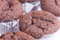 Δέσμη καφετιά muffins σοκολάτας πέρα από το άσπρο υπόβαθρο Στοκ Εικόνες