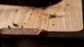 Δέσμη μαχαιριών μαγείρων του φρέσκου άνηθου στον ξύλινο πίνακα ιταλική πίτσα συστατικών τροφίμων κουζίνας παραδοσιακή φιλμ μικρού μήκους