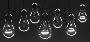 Δέσμη που κρεμά τις κλασικές λάμπες φωτός γυαλιού με έναν από τους αναμμένους ελεύθερη απεικόνιση δικαιώματος