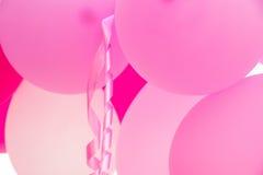 Δέσμη της ένωσης των ρόδινων μπαλονιών αέρα, κατσαρωμένη κορδέλλα, γιορτή γενεθλίων, διακόσμηση ντους μωρών, βαλεντίνος, ρομαντικ Στοκ φωτογραφία με δικαίωμα ελεύθερης χρήσης