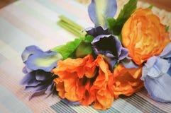 Δέσμη του πορτοκαλιού τεχνητού βατραχίου με τα μπλε λουλούδια Στοκ φωτογραφίες με δικαίωμα ελεύθερης χρήσης