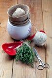 Δέσμη του φρέσκου θυμαριού με τα καλλιεργώντας και μαγειρεύοντας εργαλεία Στοκ Εικόνες