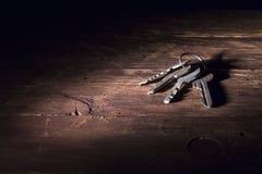 Δέσμη των διαφορετικών κλειδιών στην ξύλινη επιφάνεια στοκ φωτογραφία