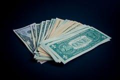 Δέσμη των δολαρίων στο μαύρο πίνακα στοκ εικόνες με δικαίωμα ελεύθερης χρήσης
