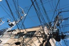 Δέσμη των ηλεκτρικών καλωδίων στον ορθοστάτη στοκ φωτογραφίες