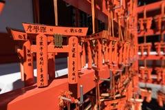 Δέσμη των μικροσκοπικών πορτοκαλιών παραδοσιακών ιαπωνικών πυλών χρώματος στοκ φωτογραφίες με δικαίωμα ελεύθερης χρήσης