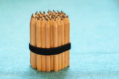 Δέσμη των μολυβιών στο τραπεζομάντιλο λινού Συμπιεσμένη λαστιχένια ζώνη χαρτικών, για τα μολύβια στοκ εικόνες