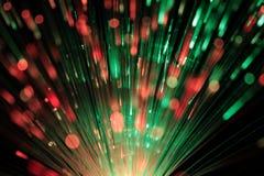Δέσμη των οπτικών ινών στο κόκκινο και το πράσινο φως στοκ εικόνα