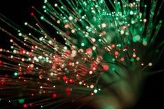 Δέσμη των οπτικών ινών στο κόκκινο και το πράσινο φως στοκ φωτογραφία