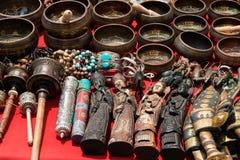 Δέσμη των παραδοσιακών αναμνηστικών (αγορά στο Νεπάλ, το Κατμαντού) Στοκ φωτογραφία με δικαίωμα ελεύθερης χρήσης