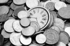 Δέσμη των παλαιών νομισμάτων με ένα ρολόι Στοκ φωτογραφία με δικαίωμα ελεύθερης χρήσης
