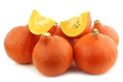 Δέσμη των πορτοκαλιών κολοκυθών και μερικών κομμένων κομματιών Στοκ Εικόνα