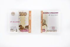 Δέσμη των τραπεζογραμματίων 100 100 κομματιών τραπεζογραμμάτιο εκατό ρουβλιών της τράπεζας της Ρωσίας στα άσπρα ρωσικά ρούβλια υπ Στοκ φωτογραφία με δικαίωμα ελεύθερης χρήσης