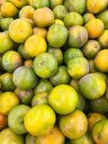Δέσμη των φρέσκων πορτοκαλιών στην αγορά, πορτοκαλί υπόβαθρο ομάδας Στοκ φωτογραφία με δικαίωμα ελεύθερης χρήσης