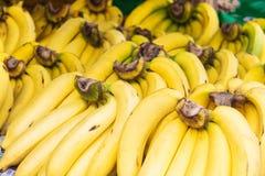Δέσμη των ωριμασμένων μπανανών στο μανάβικο Στοκ φωτογραφία με δικαίωμα ελεύθερης χρήσης