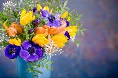 Δέσμη των anemones και των τουλιπών Στοκ Φωτογραφία