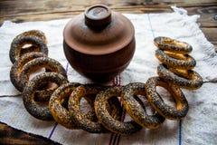 Δέσμη bagels με τους σπόρους παπαρουνών Στοκ φωτογραφία με δικαίωμα ελεύθερης χρήσης