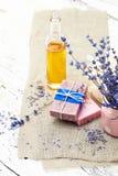 Δέσμη lavender των λουλουδιών, του σαπουνιού και του πετρελαίου που απομονώνονται στο λευκό SPA tre Στοκ Φωτογραφία