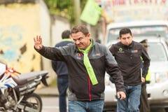 Δήμαρχος Marlon Guevara Saluting The πλήθος στοκ εικόνα
