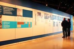 Δίγλωσση επίδειξη στο μουσείο των ανθρώπινων δικαιωμάτων στοκ φωτογραφία με δικαίωμα ελεύθερης χρήσης