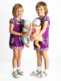 Δίδυμα αδελφών με τις κούκλες Στοκ φωτογραφίες με δικαίωμα ελεύθερης χρήσης