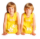 Δίδυμα αδελφών στα κίτρινα φορέματα Στοκ φωτογραφία με δικαίωμα ελεύθερης χρήσης