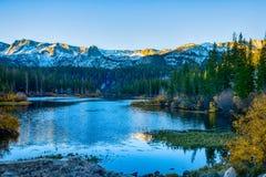 Δίδυμες λίμνες στην αυγή στοκ εικόνα