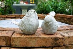 Δίδυμη άσπρη κεραμική κούκλα πουλιών στον κήπο Στοκ Εικόνες