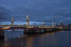 Δίδυμη γέφυρα πανιών σε Poole κατά τη διάρκεια του λυκόφατος Στοκ Φωτογραφίες