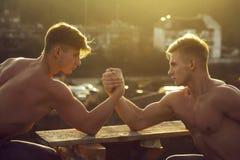 Δίδυμη πάλη βραχιόνων bodybuilders ατόμων στοκ φωτογραφία με δικαίωμα ελεύθερης χρήσης