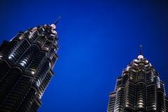 Δίδυμοι πύργοι της Κουάλα Λουμπούρ, Κουάλα Λουμπούρ Μαλαισία τη νύχτα Στοκ εικόνες με δικαίωμα ελεύθερης χρήσης