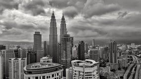 Δίδυμοι πύργοι Petronas - άποψη της Κουάλα Λουμπούρ από τις ακολουθίες λευκόχρυσου προσώπου στοκ εικόνα