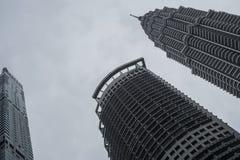 Δίδυμοι πύργοι Petronas από το έδαφος στοκ εικόνες