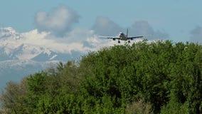 Δίδυμου κινητήρα αεροπλάνο που πλησιάζει με τα όμορφα βουνά στο υπόβαθρο απόθεμα βίντεο