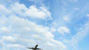 Δίδυμου κινητήρα αεροπλάνο της Lufthansa που πλησιάζει στον αερολιμένα απόθεμα βίντεο