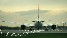 Δίδυμου κινητήρα εμπορική αρχική απογείωση αεροπλάνων από τον αερολιμένα το βράδυ, οπισθοσκόπο απόθεμα βίντεο