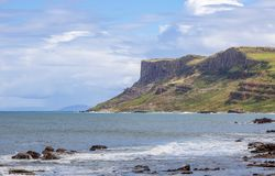 Δίκαιος επικεφαλής απότομος βράχος στη Βόρεια Ιρλανδία, UK στοκ εικόνα