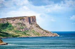 Δίκαιος επικεφαλής απότομος βράχος στη Βόρεια Ιρλανδία, UK στοκ εικόνες