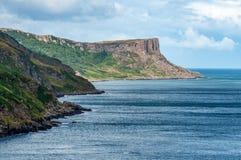 Δίκαιος επικεφαλής απότομος βράχος στη Βόρεια Ιρλανδία, UK στοκ φωτογραφία με δικαίωμα ελεύθερης χρήσης