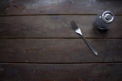 Δίκρανο και ένα βάζο με, καφετιά ξύλινη επιφάνεια Στοκ εικόνες με δικαίωμα ελεύθερης χρήσης