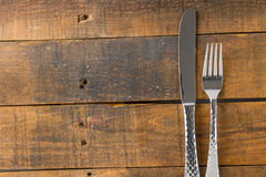 Δίκρανο και μαχαίρι στο ξύλο Στοκ φωτογραφία με δικαίωμα ελεύθερης χρήσης