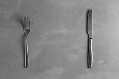 Δίκρανο και μαχαίρι στο συγκεκριμένο υπόβαθρο Στοκ Φωτογραφία