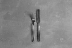 Δίκρανο και μαχαίρι στο συγκεκριμένο υπόβαθρο Στοκ εικόνα με δικαίωμα ελεύθερης χρήσης