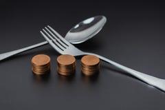 Δίκρανο και χρήματα στη σκοτεινή έννοια χρημάτων επιχειρησιακής αποταμίευσης πινάκων Στοκ Φωτογραφία