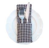 Δίκρανο, κουτάλι και μαχαίρι που τίθενται στο άσπρο κεραμικό πιάτο που απομονώνεται στο whi Στοκ Εικόνες