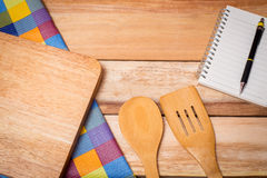 Δίκρανο, μαχαίρι, ημερολόγιο σημειωματάριων και επιτραπέζιο ύφασμα στο ξύλινο υπόβαθρο κορυφή Στοκ Φωτογραφίες