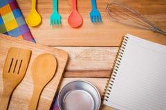 Δίκρανο, μαχαίρι, ημερολόγιο σημειωματάριων και επιτραπέζιο ύφασμα στο ξύλινο υπόβαθρο κορυφή Στοκ εικόνα με δικαίωμα ελεύθερης χρήσης