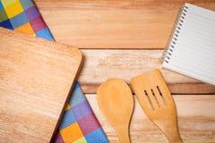 Δίκρανο, μαχαίρι, ημερολόγιο σημειωματάριων και επιτραπέζιο ύφασμα Στοκ Εικόνα