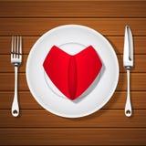 Δίκρανο με το μαχαίρι και διπλωμένη κόκκινη πετσέτα στη μορφή καρδιών στην κενή PL απεικόνιση αποθεμάτων