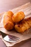 Δίκρανο μπροστά από τρία τηγανισμένα τριζάτα croquettes πατατών Στοκ φωτογραφία με δικαίωμα ελεύθερης χρήσης